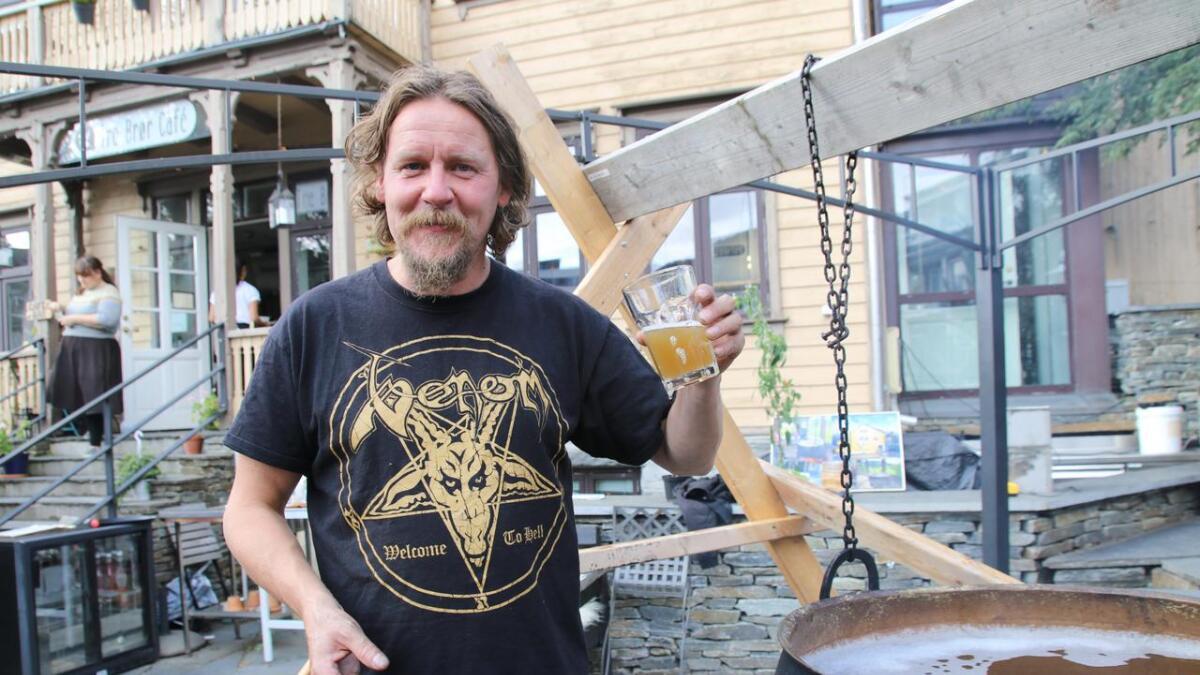 – Vossakveiken er i ei særstilling. Det er spennande at ølet er så i vinden som det er, meiner Kjetil Dale som smakte på brygget.