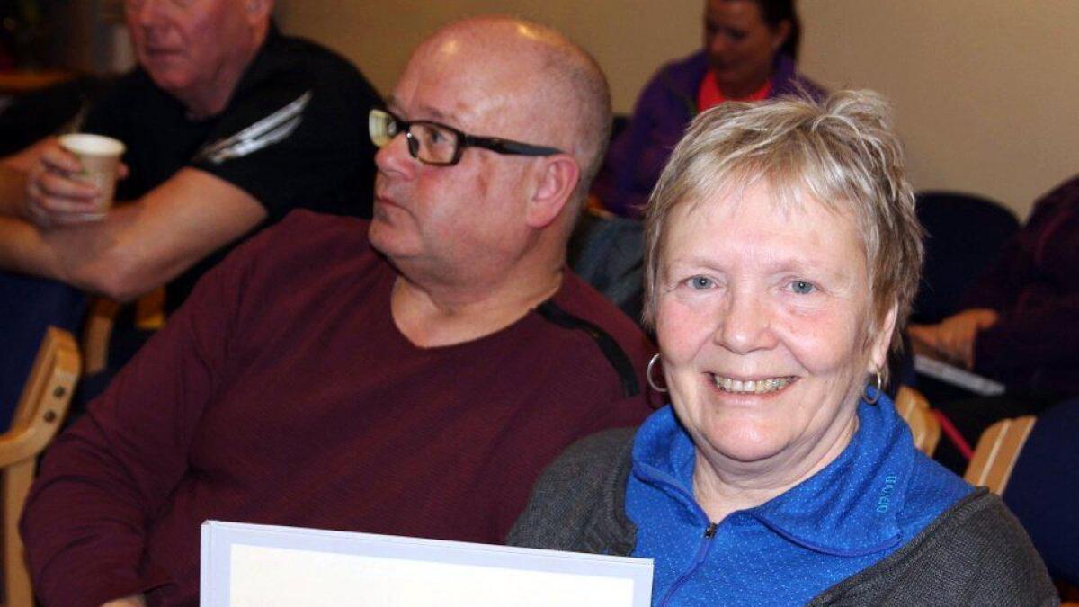 Kasserer Gunn Mary Hanssen fikk fotobok i gave på årsmøtet.
