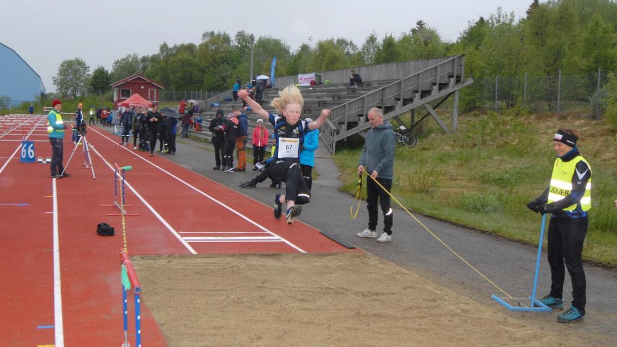 Emil Nielsen (14) fra Sortland med personlig rekord i lengdehopp.