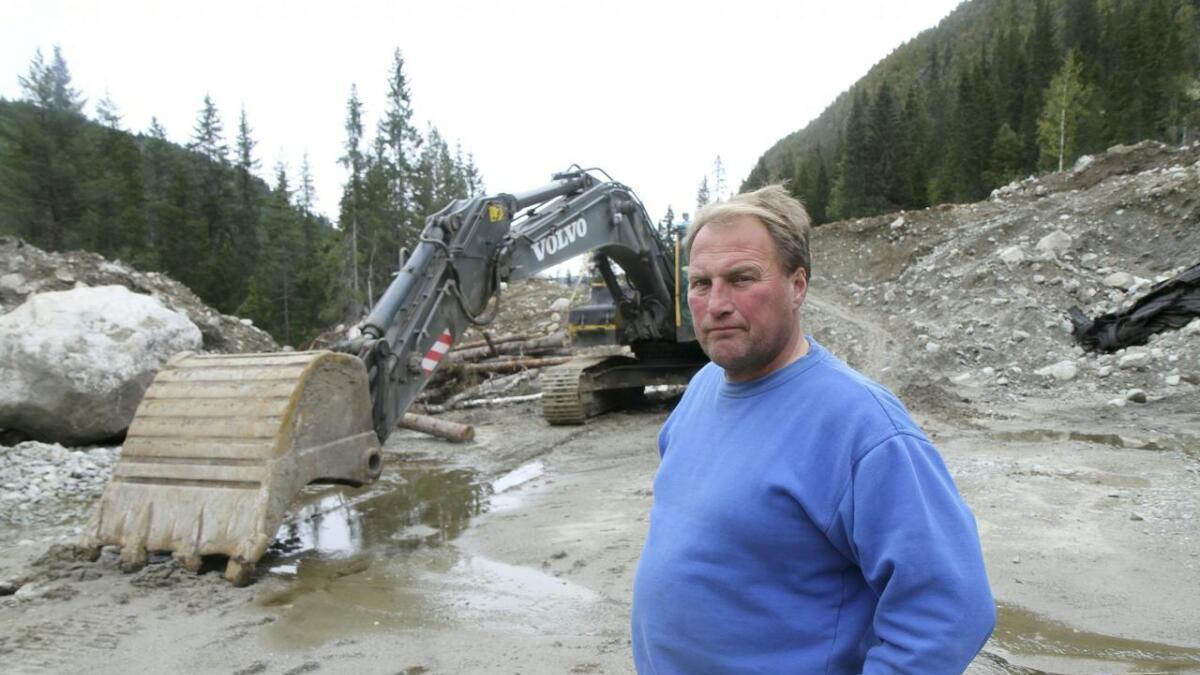 Per Kåre Kvålen er opprørt over sakshandsaminga i Vinje kommune. Her er han ved grustaket i Holldal der han         ønskjer å starte verksemd.