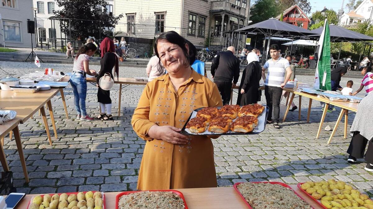Hajam frå Kurdistan hadde ei rekkje godbitar å by på under Fleirkulturell Matfest på Torget på Voss måndag kveld.