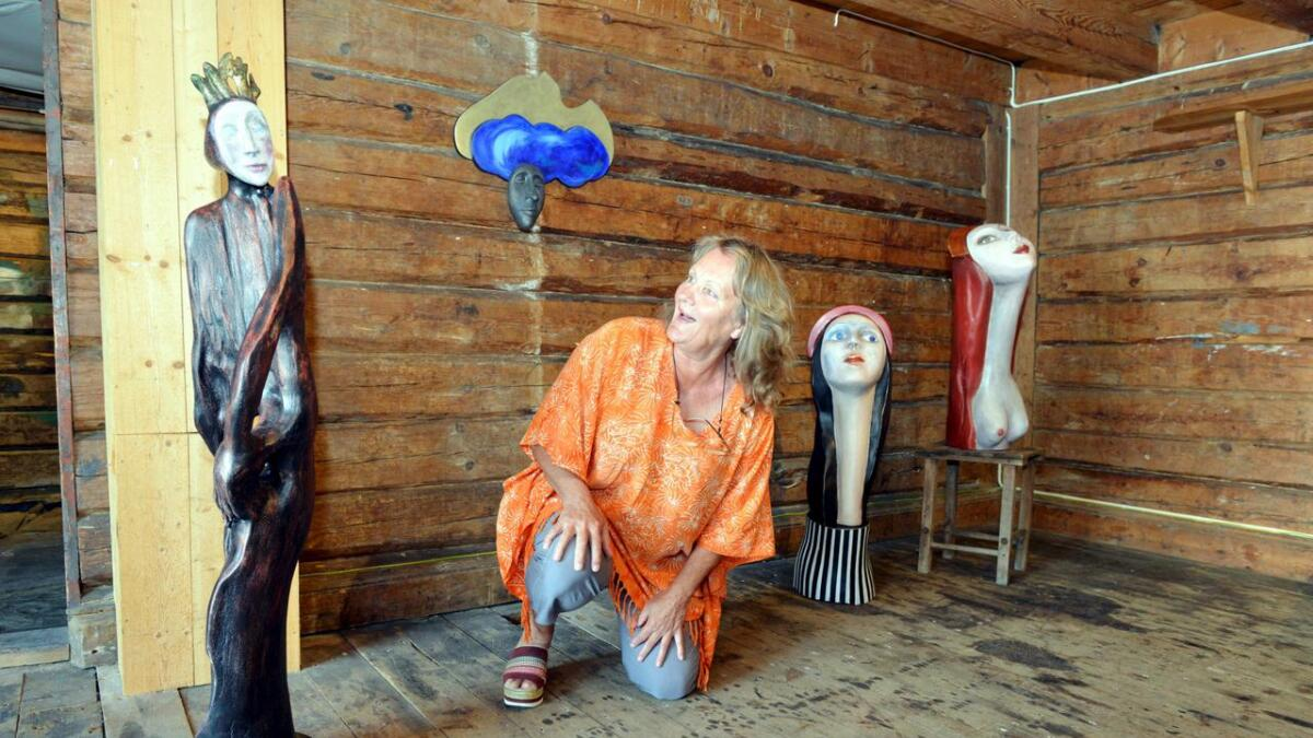 Kunstner Anna Karin er i godt selskap på Tollboden med sine fascinerende og uttrykksfulle figurer.
