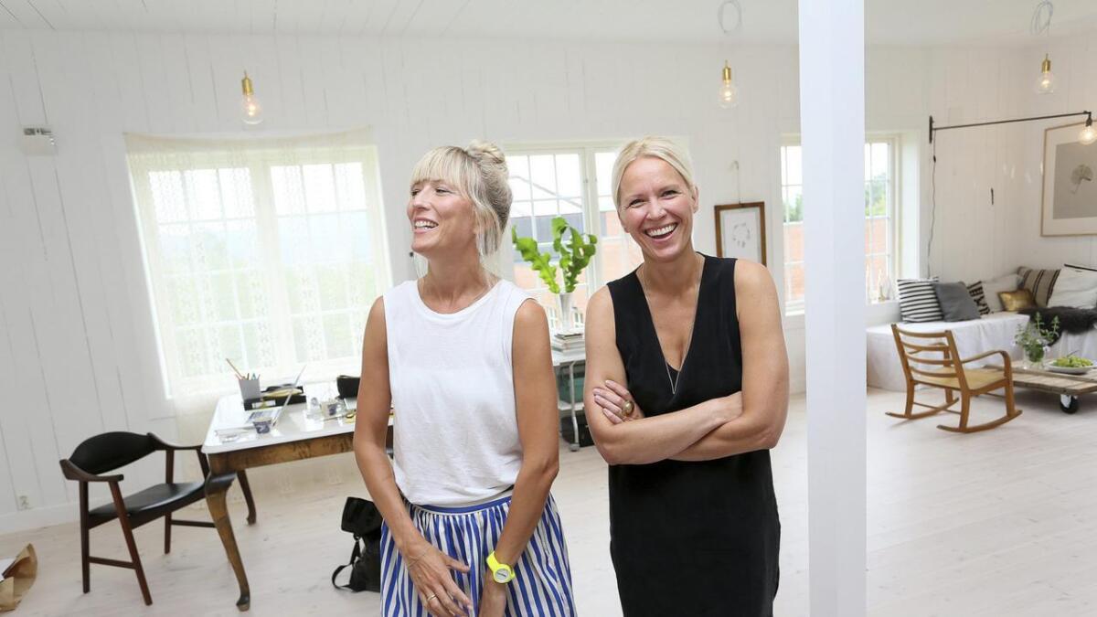 I studioet i låven har de grafiske designerene Hilde Mork og Jeanette Lunde god plass til å være kreative.