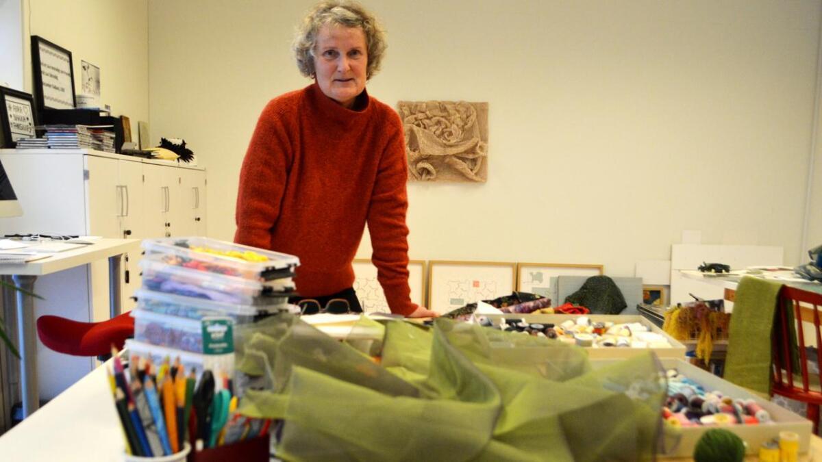 Nå skjer det mye i verkstedet på Hadsel. Ingrid Larssen forbereder festspillutstilling, kunstneropphold på Island, biennale i St. Petersburg og separatutstilling på Bornholm