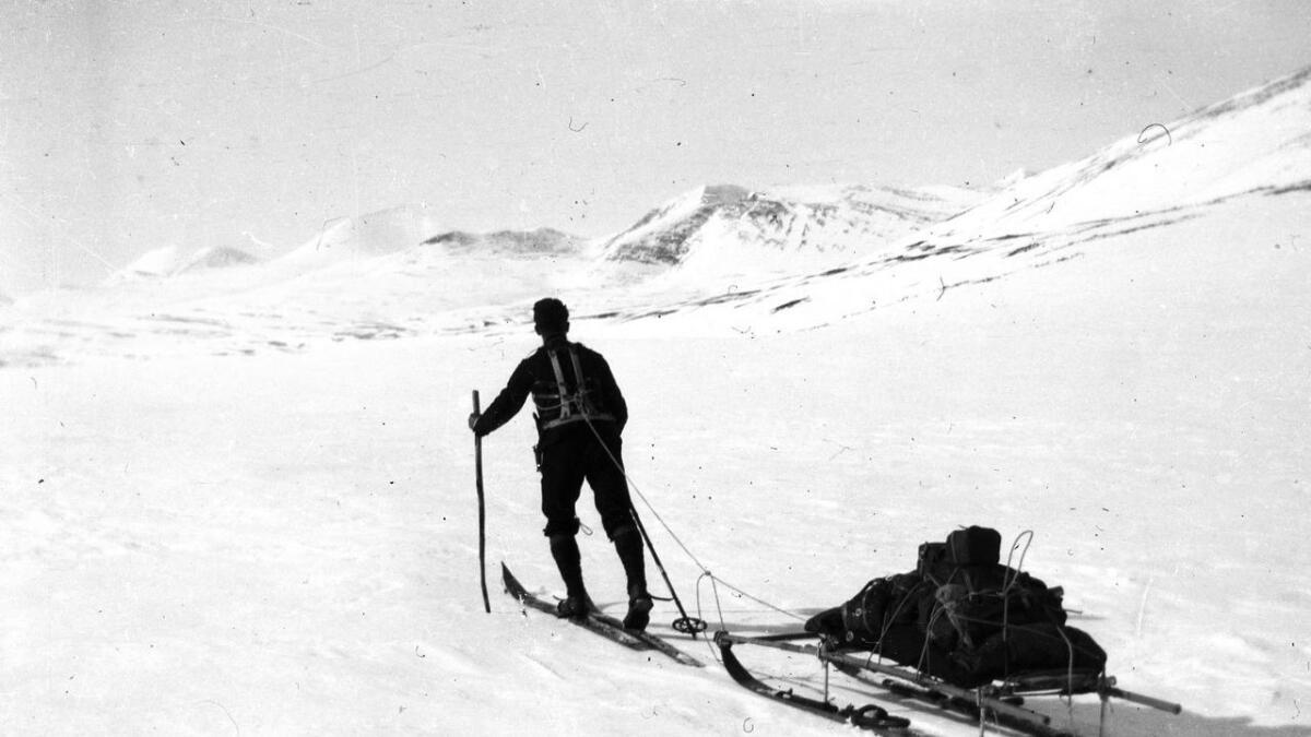 Henrik  Natvig Brun eksperimenterte med smørjefrie ski. Han utvikla ein kjelke eller pulk som soldatane kunne dra etter seg i ulendt terreng. Han utvikla bindingar slik at soldatane kunne få på og av skia utan å bøye seg ned. På biletet ser du Henriks skikjelke for såra soldatar.