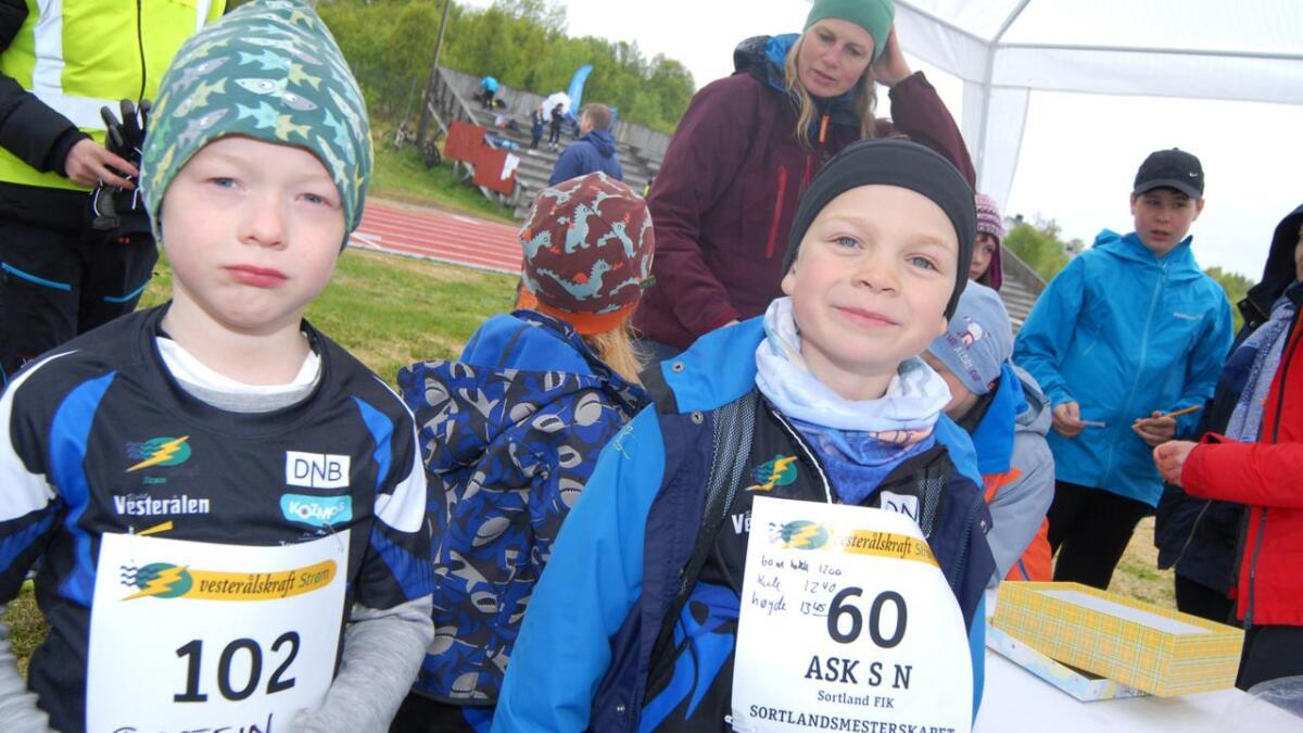 Torstein Holand Angell og Ask Seipäjrvi Nilsen synes det er artig på være på friidrettsstevne.