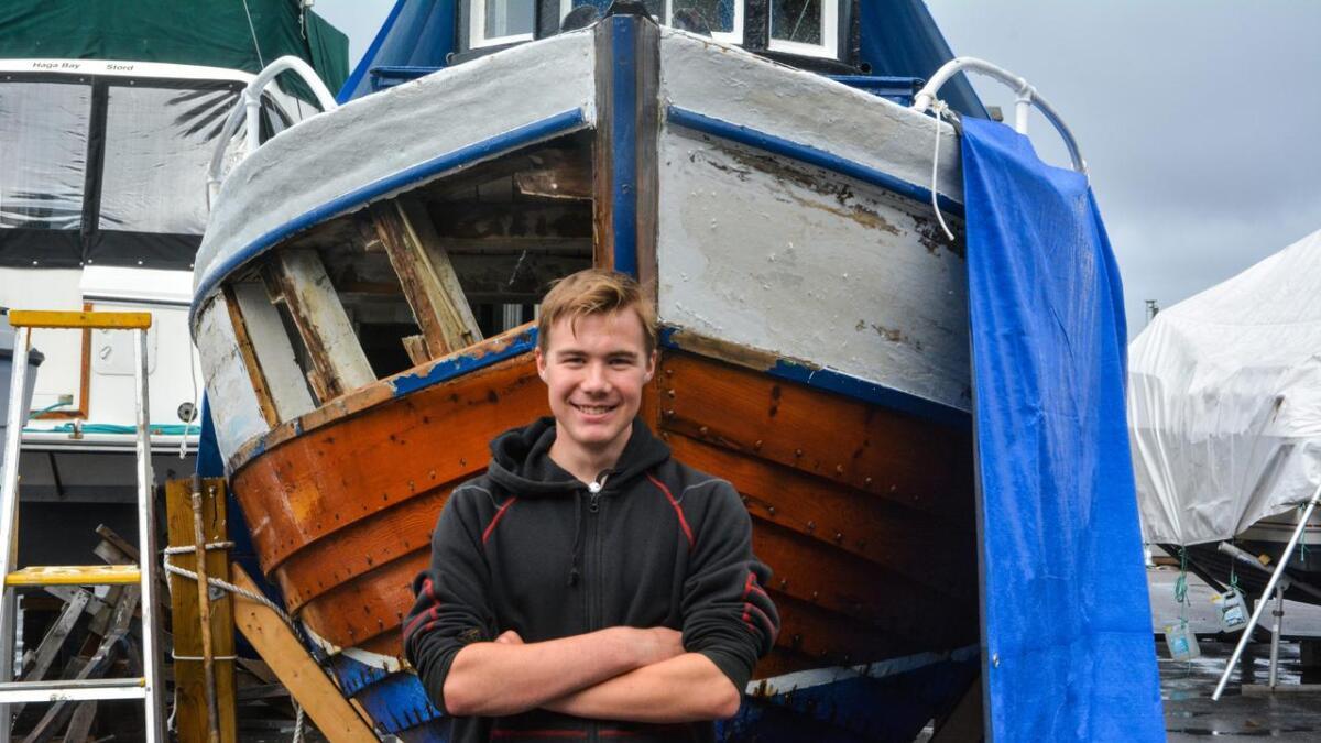 Den gamle Nordlandssjarken har fått namnet «Sabben», på grunn av motoren, som nettopp er ein Saab diesel. Håvard Børtveit har jobba med å pussa opp båten i heile sommar.
