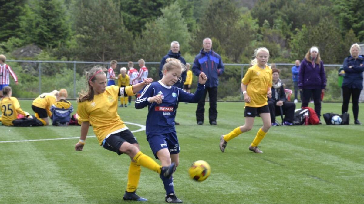 Bremnes Svortland (J12) i ivrig kamp om ballen mot Bønes (blå drakter).