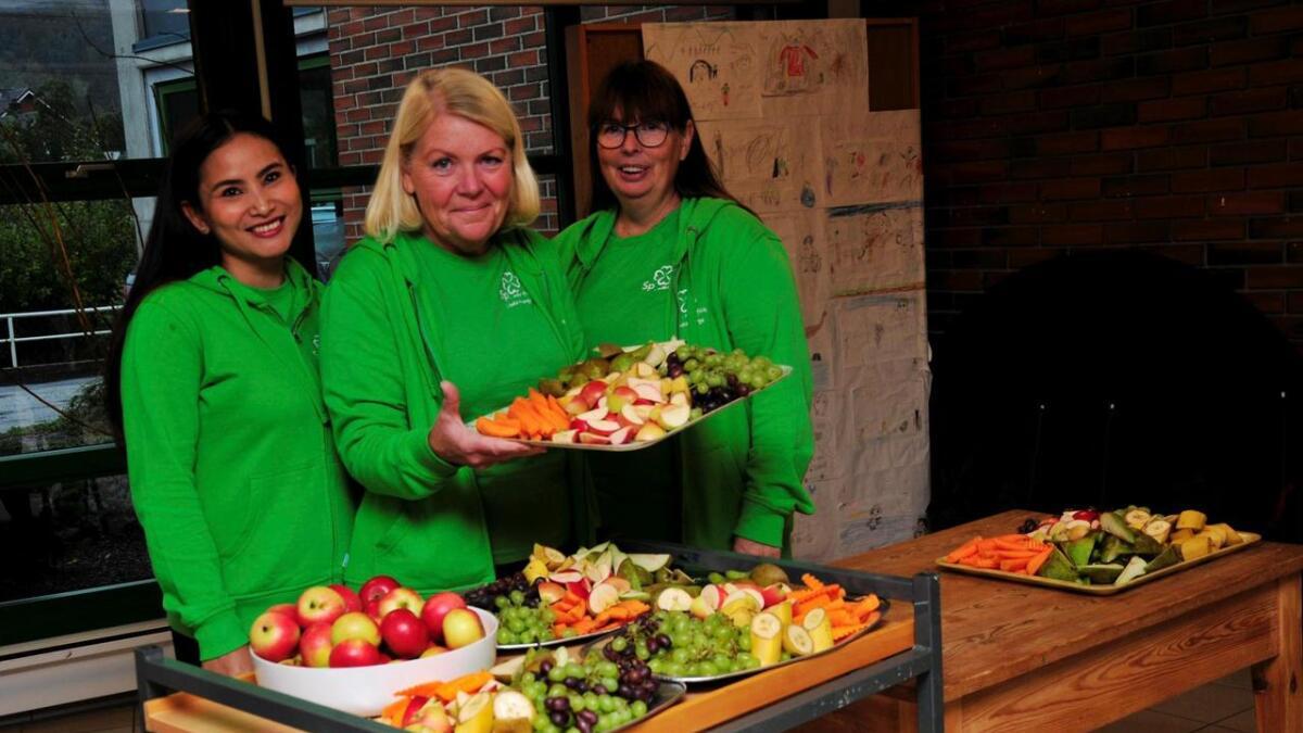 Torhild Hægeland, Torhild Røsand og Chenda Keo serverte frukt til elevene ved Kvarstein skole.