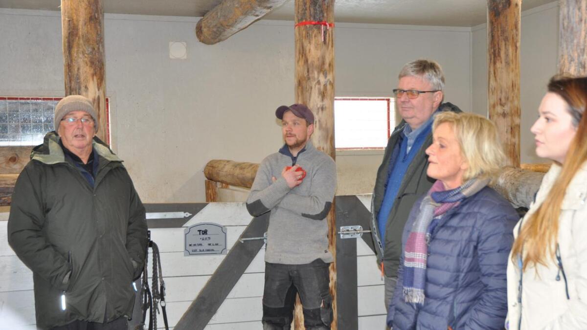 Kommunen vil gi Rune Gjertsen (i midten) 25.000 kroner i bot, etter at han oppførte, og tok i bruk, en stall ulovlig på Lie i Øvrebø.