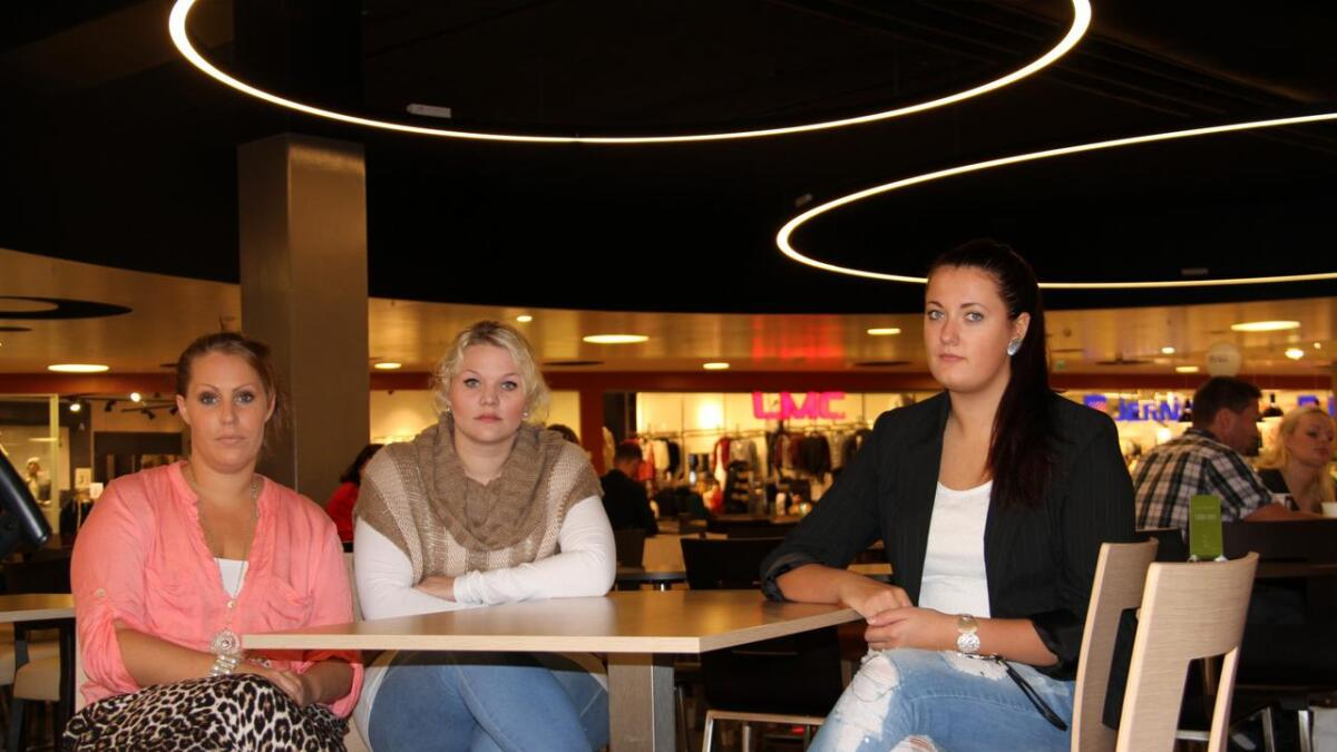 Butikksjef Jeanett Fløysvik med ansatte Maren Bjellaass (21) og Veronica Hafredal (19)