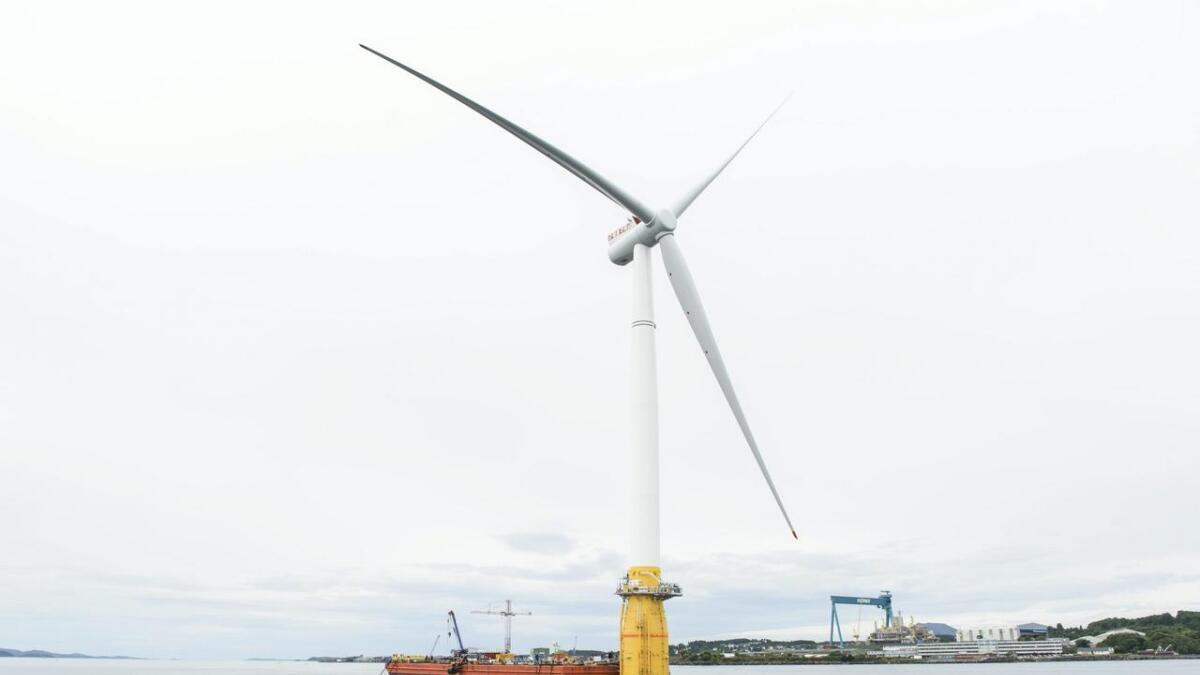 Hywind-møllene blei montert på Stord, før dei blei frakta til Skottland. Her får sommaren 2017.