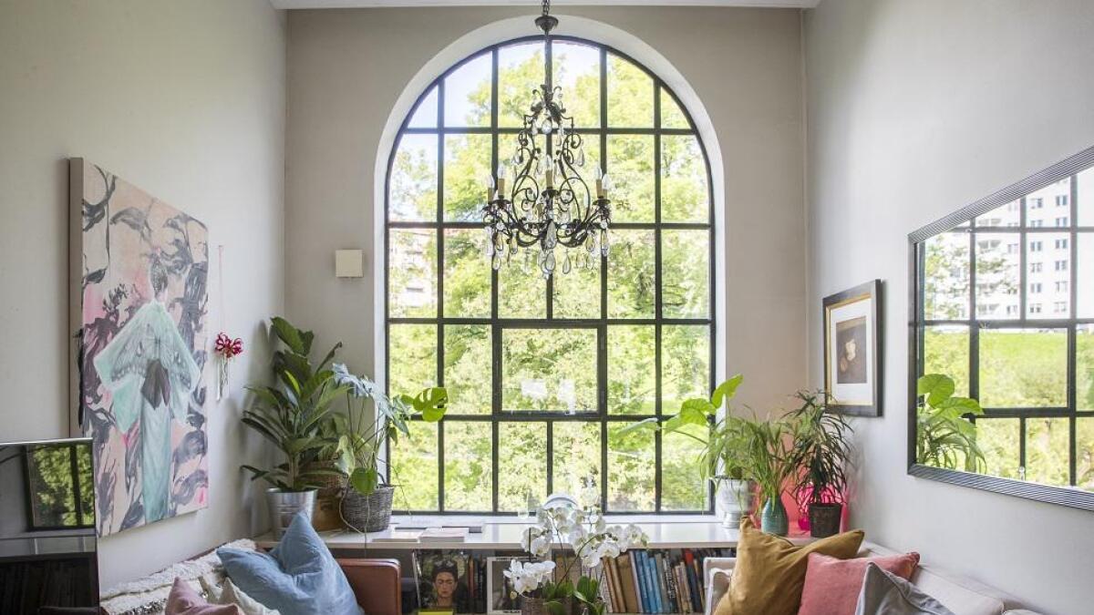 Vinduet dekker mye av den 3 meter brede endeveggen. Det sikrer godt lys i den hyggelige stua.