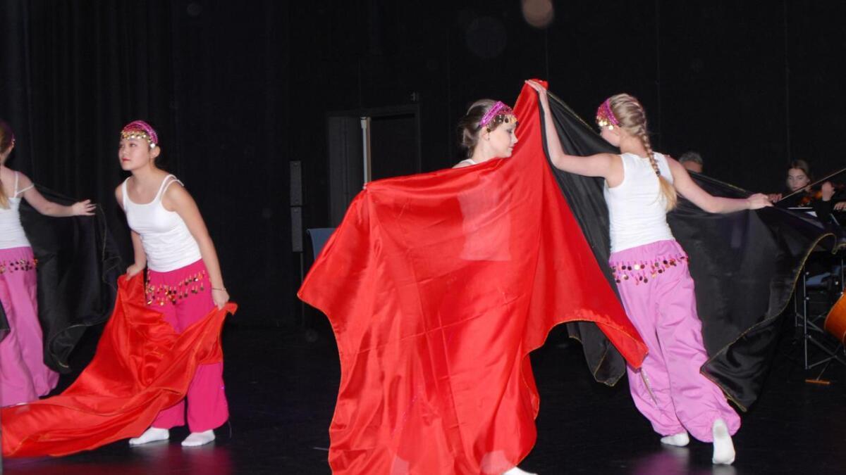 Florlett og fargerikt i dansegruppa.
