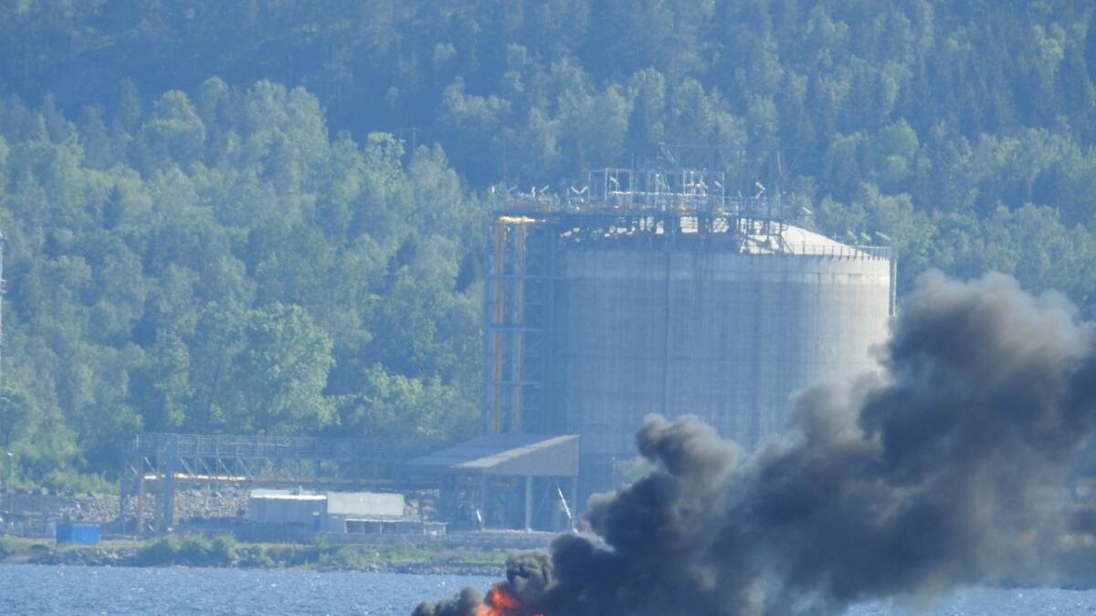 En fritidsbåt står i brann i  Frierfjorden i Porsgrunn mandag ettermiddag.