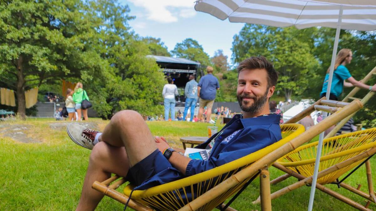 Festivalsjef Mikal Vassbotn fryder seg over været som betyr at folk gjerne vil på konserter. Her foreviget på første dag av Skral Festival 2019.