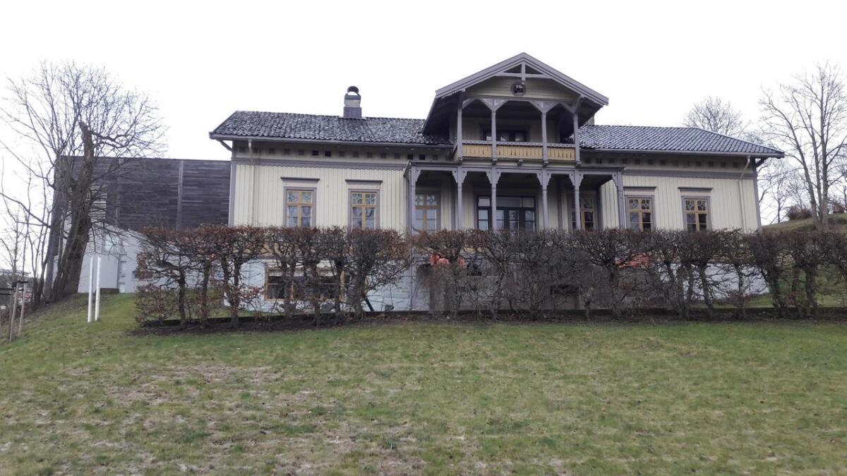 I årene 1888 til 1892 bodde familien Hannevig i sveitservillaen på Langsæ i Arendal. I dag er den en del av KUBEN, som skimtes i bakgrunnen. I sommersesongen er villaen åpen for publikum.