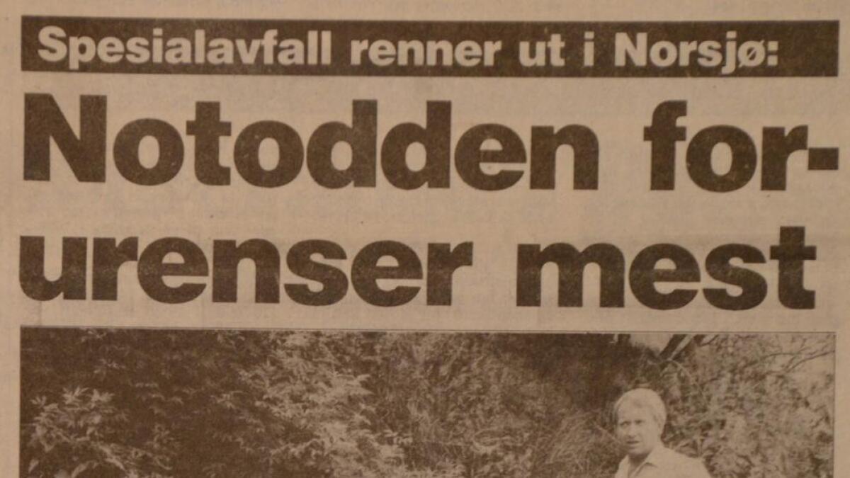 Helserådsinspektør Tore Hagen gjør sine undersøkelser på en av fyllplassene ved Heddøla som ble avdekket sist sommer.