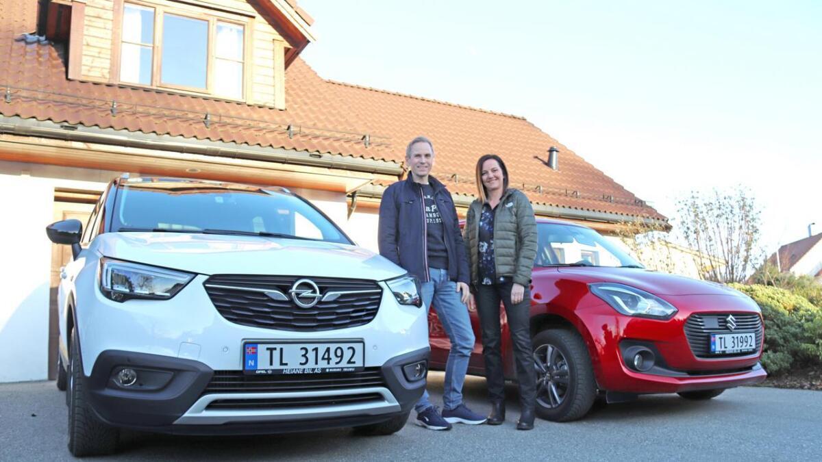 Knut Birger Paulsen og Vivi Christine Danmo er godt nøgde med bilane frå Heiane Bil. Knut Birger køyrer ein Opel Crossland X, Vivi ein Suzuki Swift.