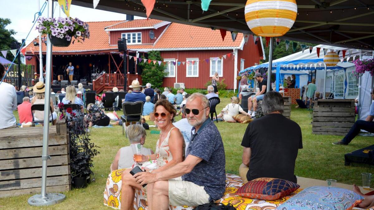 – Dette var magisk, og så veldig stille, sier Magnhild Hesla som nøt musikken sammen med Jon Eivind Vollen. De ferierer i Flosta der hans far kommer fra, men bor ellers ved Randsfjorden. På scenen sto Enok Amrani som etterpå satt på gresset og nøt andre artister på Spornesfestivalens andre dag.