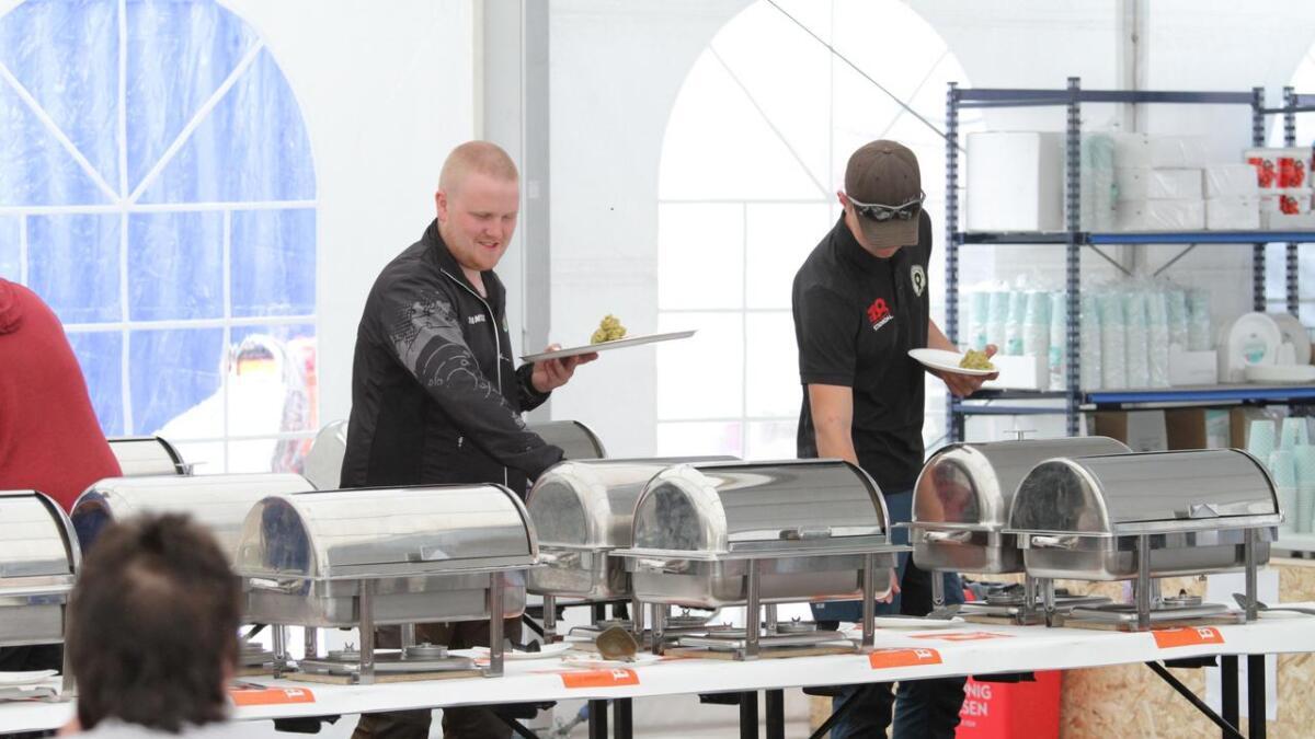 Mat-teltet på Evje har vært populært, som det har vært på alle landsskytterstevnene. Her forsyner to gjester seg av buffeten på onsdag.
