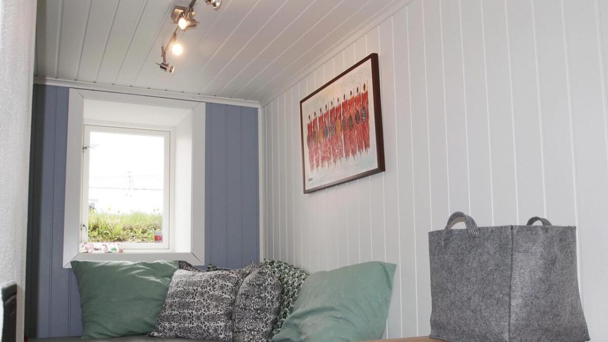 Guttas hjørnesofa er laget av to rammemadrasser fra Ikea. De store putene inneholder sengetøy til gjestene.