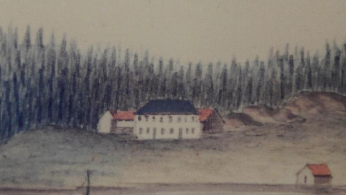 Mogens Moes tegning viser et stort, hvitt bygg i to etasjer og med to inngangsdører foran. Uthus bak og sjøbu ved fjorden. Tilhører Lillesand by- og sjøfartsmuseum