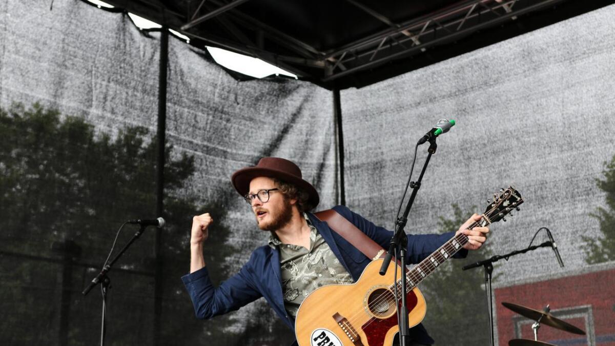 Her er Endre Olsen i kjent positur, med sin Gibson-gitar, under eit Kværner-arrangement i Leirvik sentrum i sommar. No er gitaren vekke, og Olsen fortvilar.