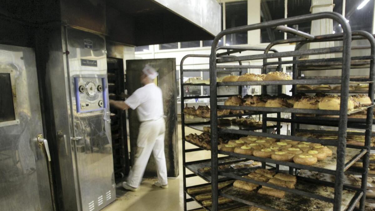– Før sytte det lokale bakeriet for at det var kortreiste bollar og brød på alle fat, skriv Ingvald Ringheim. Her frå Voss Bakeri, tidlegare Voss Fellesbakeri.