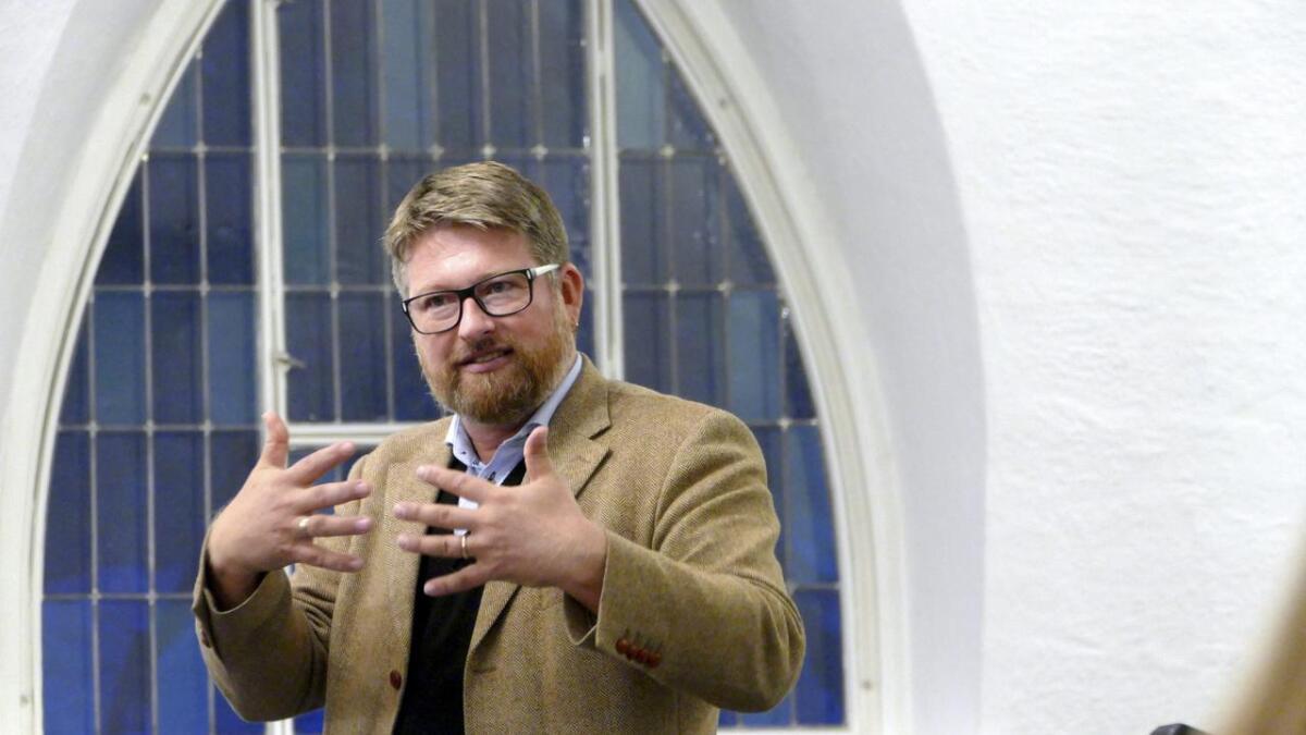 Professor Jørn Øyrehagen Sunde i aksjon i kyrkja på Dale, då han snakka om å vera skapt i Guds bilete i skuggen av komputeren.