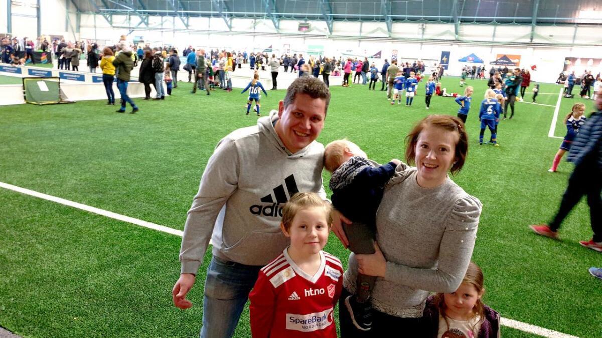 Familien inkluderer pappa Gøran Nilssen, mamma Trine Lyså, fotballspiller Tobias Lyså, lillesøster Karoline Lyså, og minstebror Alvin Lyså.