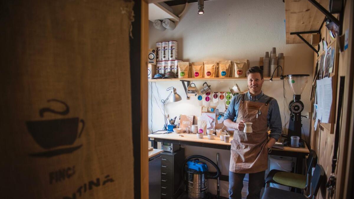 Adrian Seligman på plass i sitt vesle kaffibrenneri.