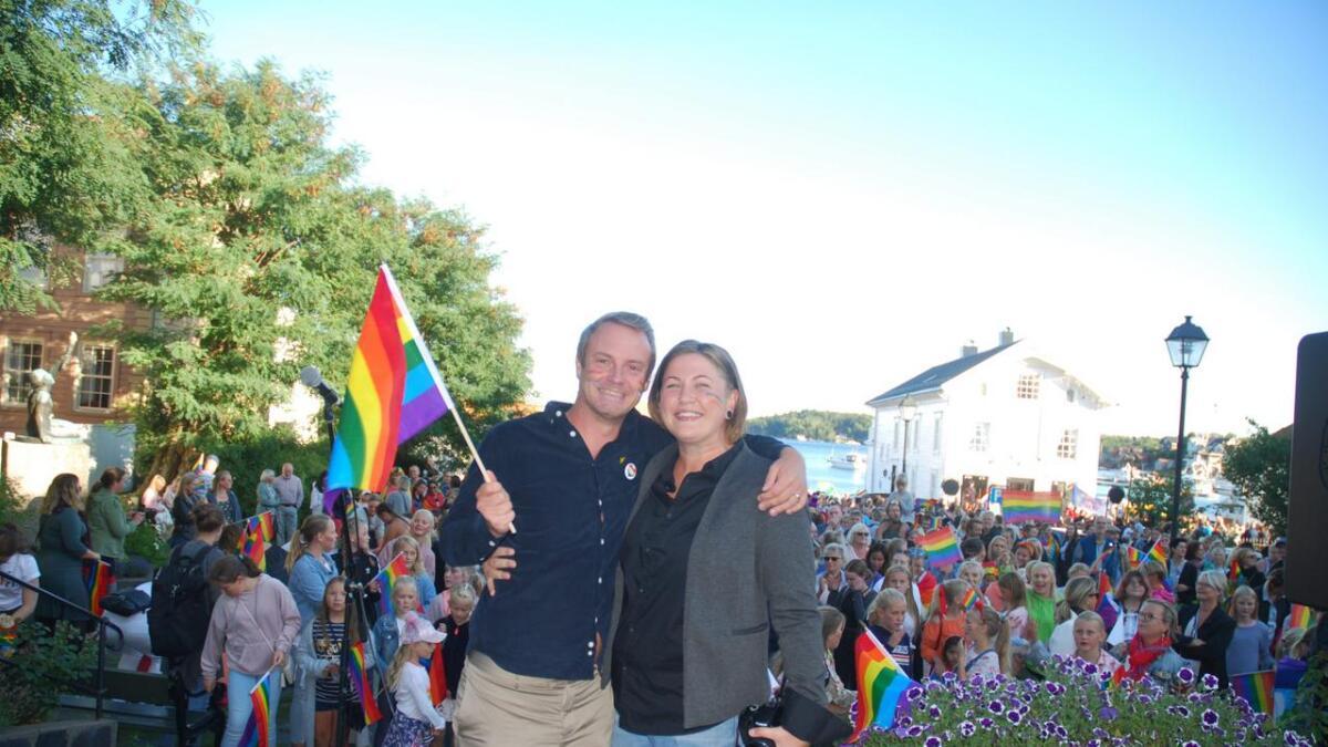 Lars Emil Nielsen mener det er feil av KRIK å nekte homofile og lesbiske å være ledere. Her med Aileen Riste Bårdsen under Lillesand Pride i fjor.Arkiv