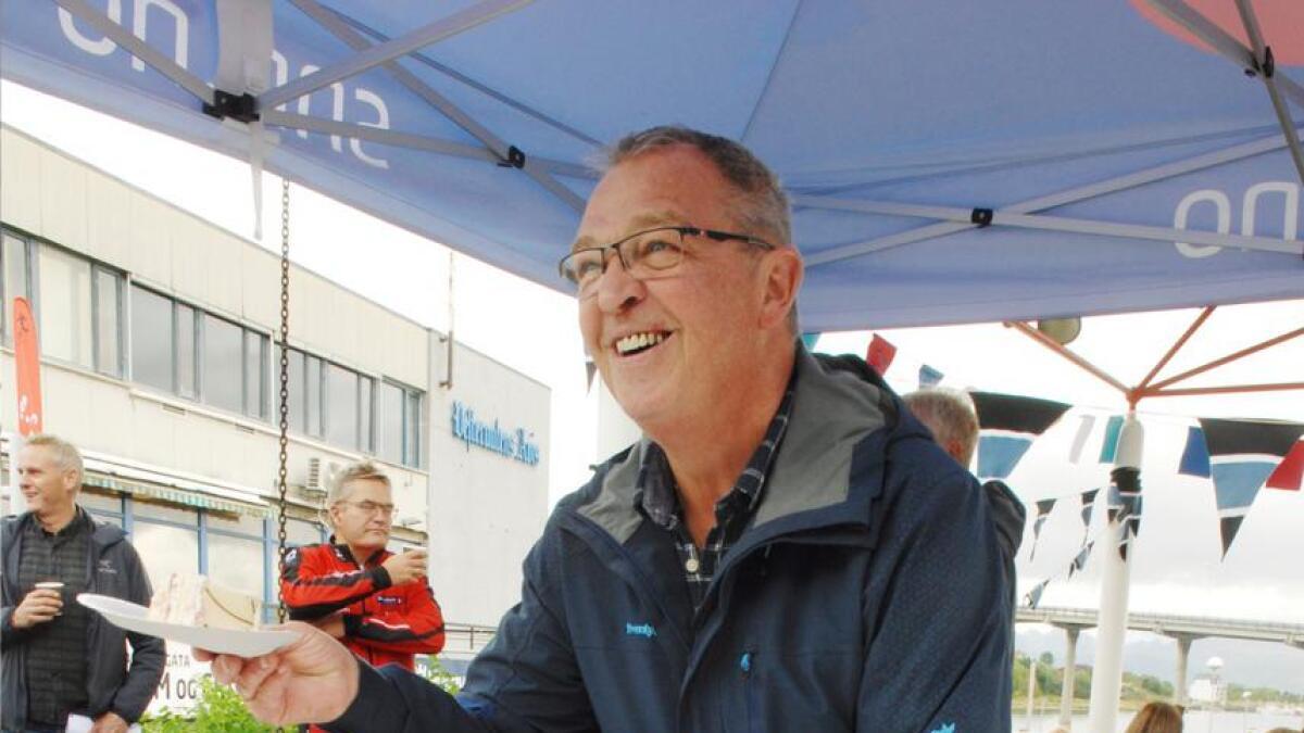 Kjell Jørstad delte ut bursdagskake til alle om ville ha, på vegne av Stokmarknes IL.