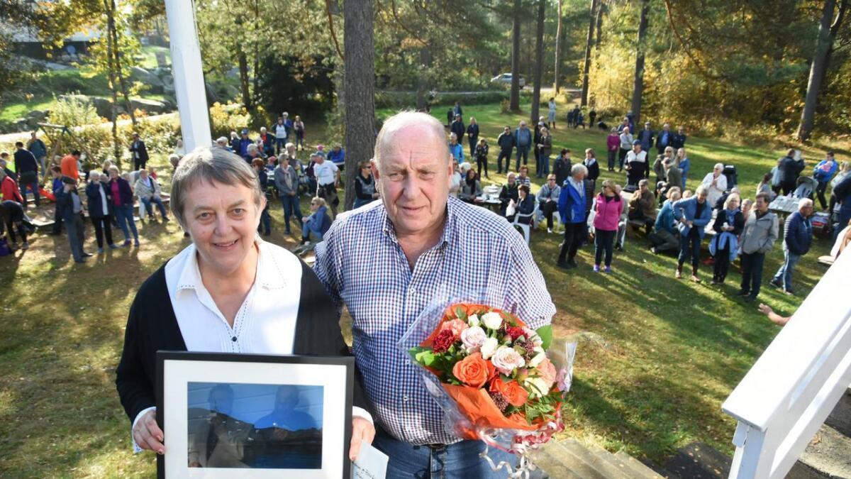 Bodil Austenaa og Hans Johansen mottok Grimstad kommunes kulturpris 2018 foran flere hundre mennesker på Postmannslaget på Marivold.