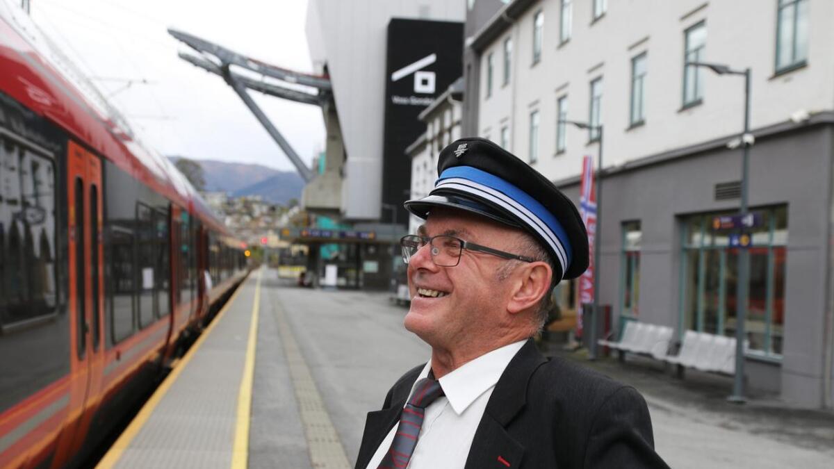 Harry Gudvangen smiler på Voss stasjon. I dag har den blide overkonduktøren sin siste arbeidsdag.