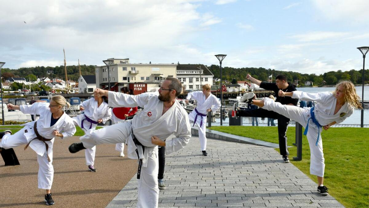 Grimstad karateklubb flyttet en av treningene til Byhaven. De fikk noen tilskuere.