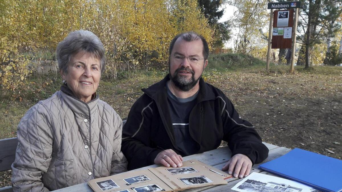 - Jeg har så mange gode minner fra årene hvor jeg besøkte mine slektninger på Nabben, sier Ragnhild Løkkevold, som blar i gamle album med bilder fra den gamle husmannsplassen sammen med sin sønn, Arne.