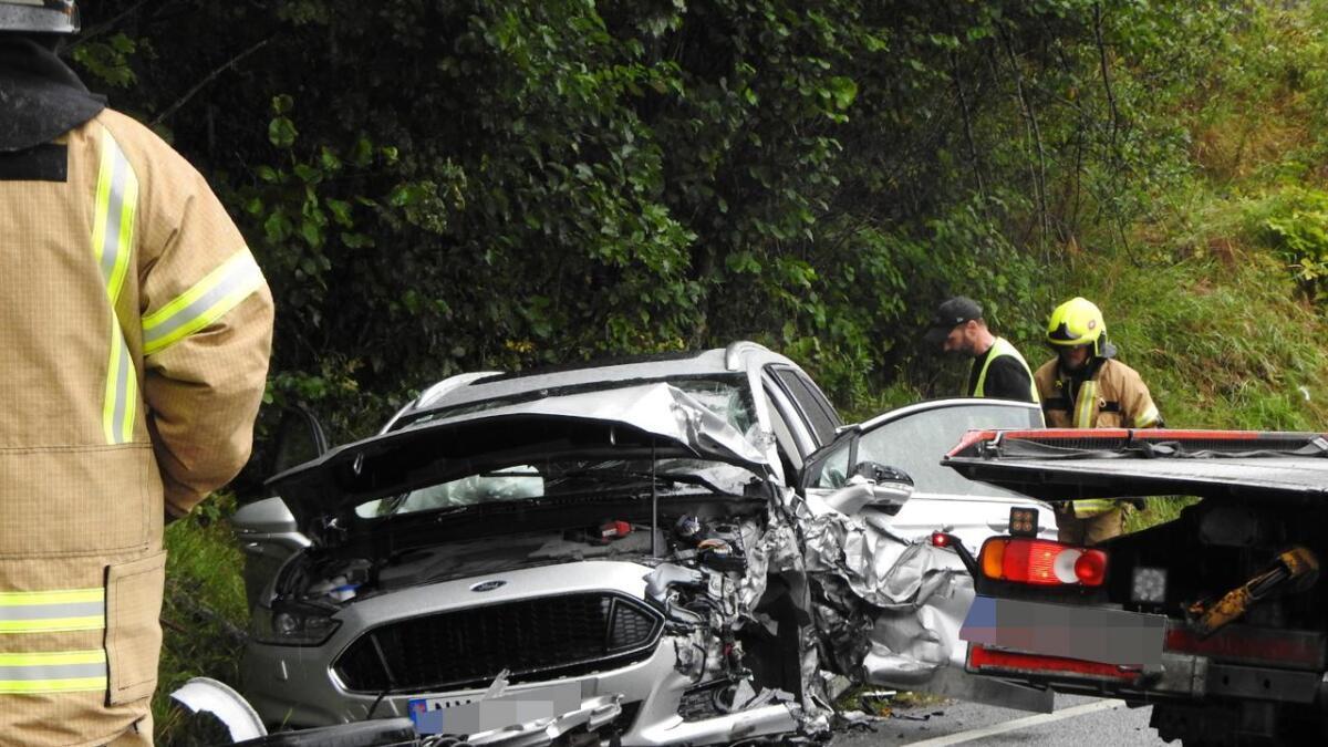 En personbil med en mann og kvinne kolliderte med et vogntog tirsdag ettermiddag.