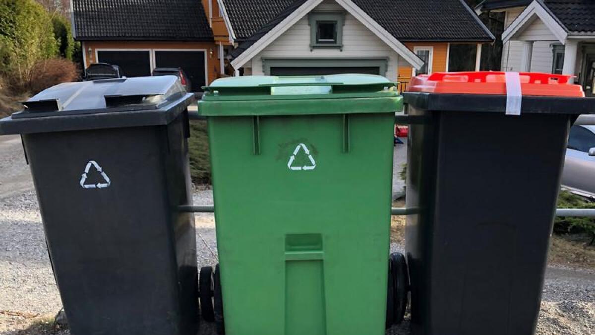 Den røde søppeldunken kan ikke åpnes før 1. juli.
