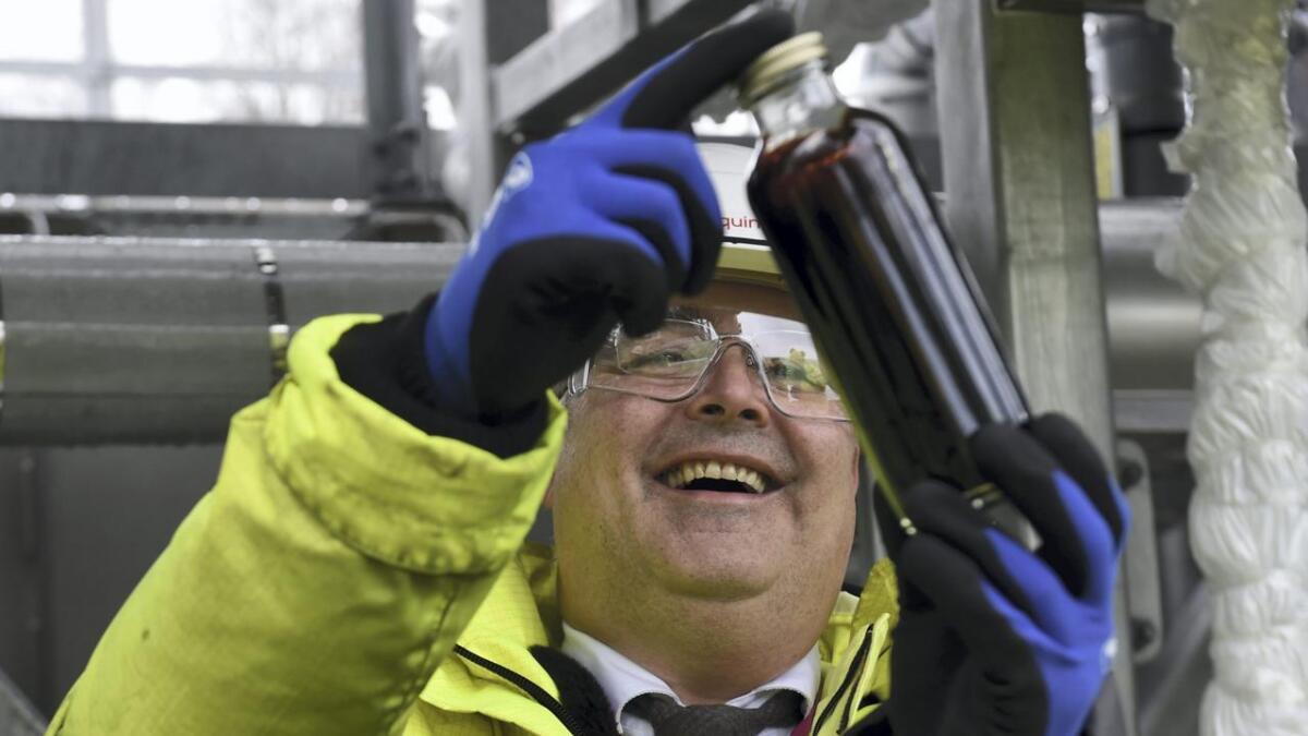 Olje- og energiminister Kjell-Børge Freiberg (Frp) tar imot den første olja frå Johan Sverdrup-feltet. Olja kjem i røyr til Mongstad-anlegget.