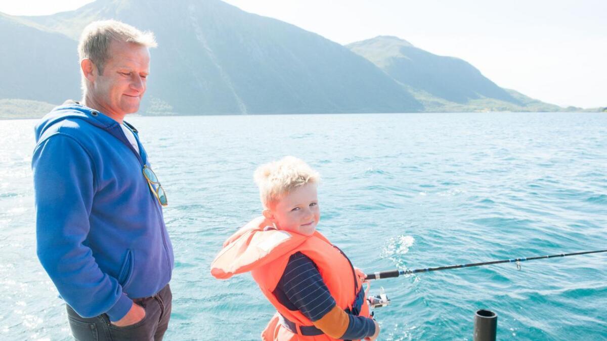 Tobias og Tommy Pedersen fra Sigerfjord har funnet en plass ytterst på flytekaia – i håp om at det er nærmest storfisken – men samtidig med mistanke om at det hadde vært større muligheter bortpå bruket.