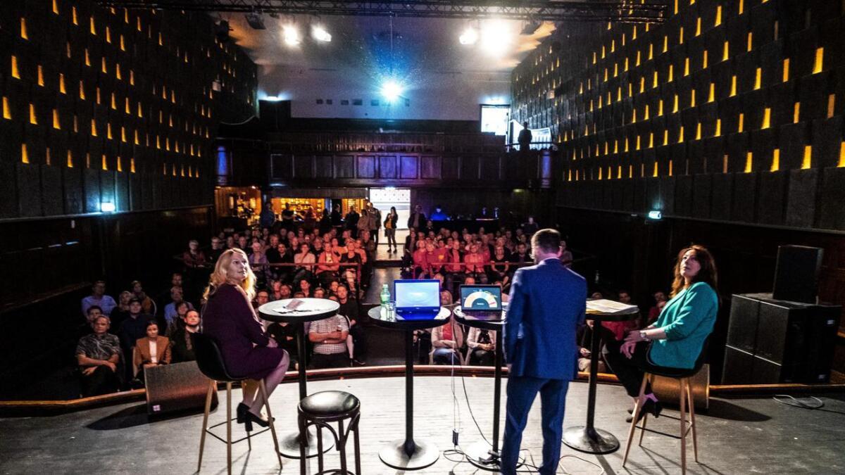 Hedda Foss Five (t.v.) og Emilie Schäffer kikket opp på skjermen da tallene fra den nye meningsmålingen ble presentert på Parkbiografen.