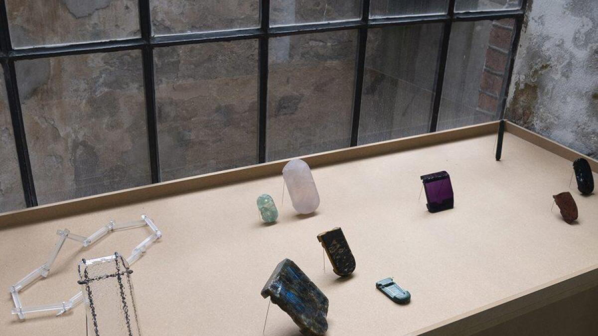 Noen av smykkene til kunstneren Olaf T. Hodne er ikke ment for å bære, men han tar utgangspunkt i steinens former.