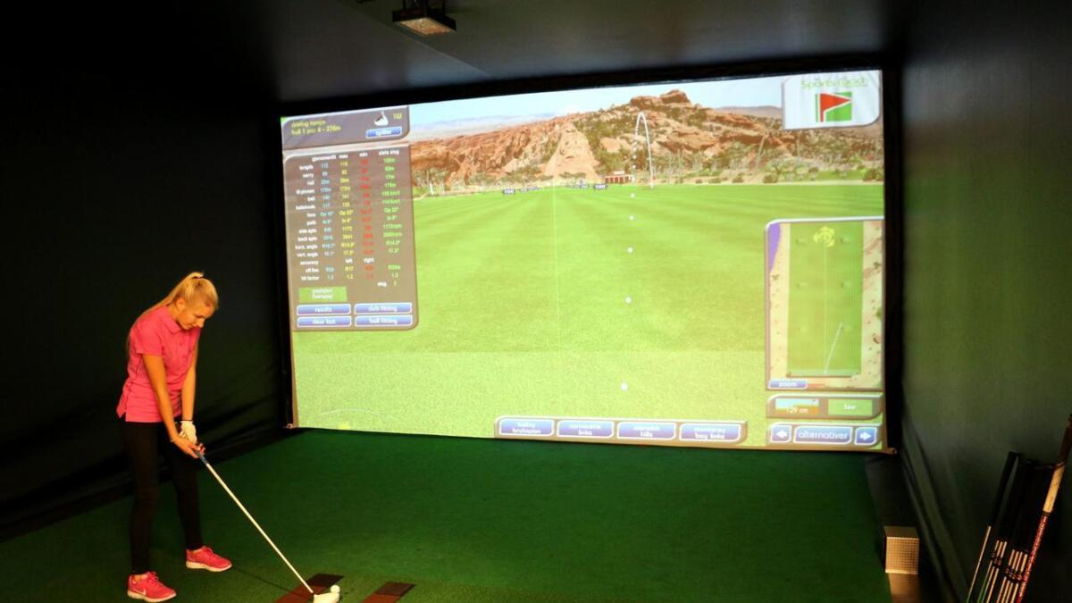 Malin Nordengen (15) slår gjerne et slag inne når været ikke tillater golfspill ute. Hun synes simulatoren er virkelighetsnær. ALLE