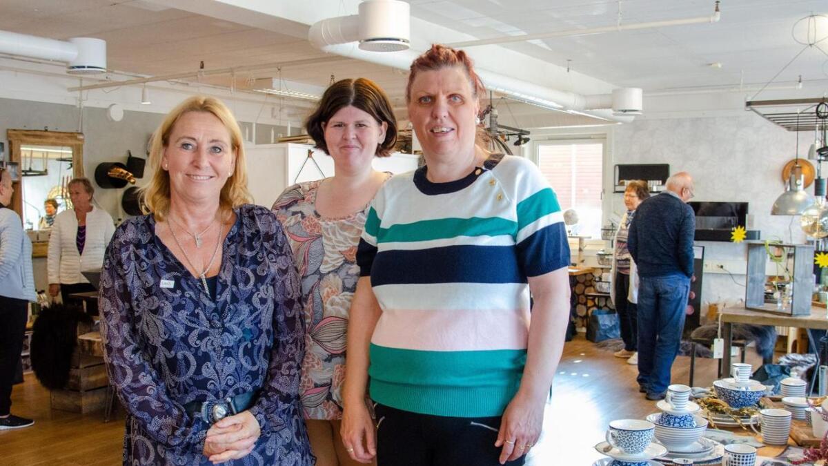 Christin Prosgaard, Solveig Hugdahl og Marit Johnsrud, som representerer arrangøren A3 Ressurs, hadde en hyggelig og  travel lørdag i butikken Sans Vennesla.