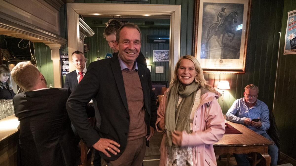 Trond Ballestad (Sp) og Hedda Foss Five (Ap) kunne smile på Lundetangen pub i Skien da valgresultatene begynte å komme inn mandag kveld. Nå er det klart at de blir henholdsvis varaordfører og ordfører i Skien de neste fire årene.
