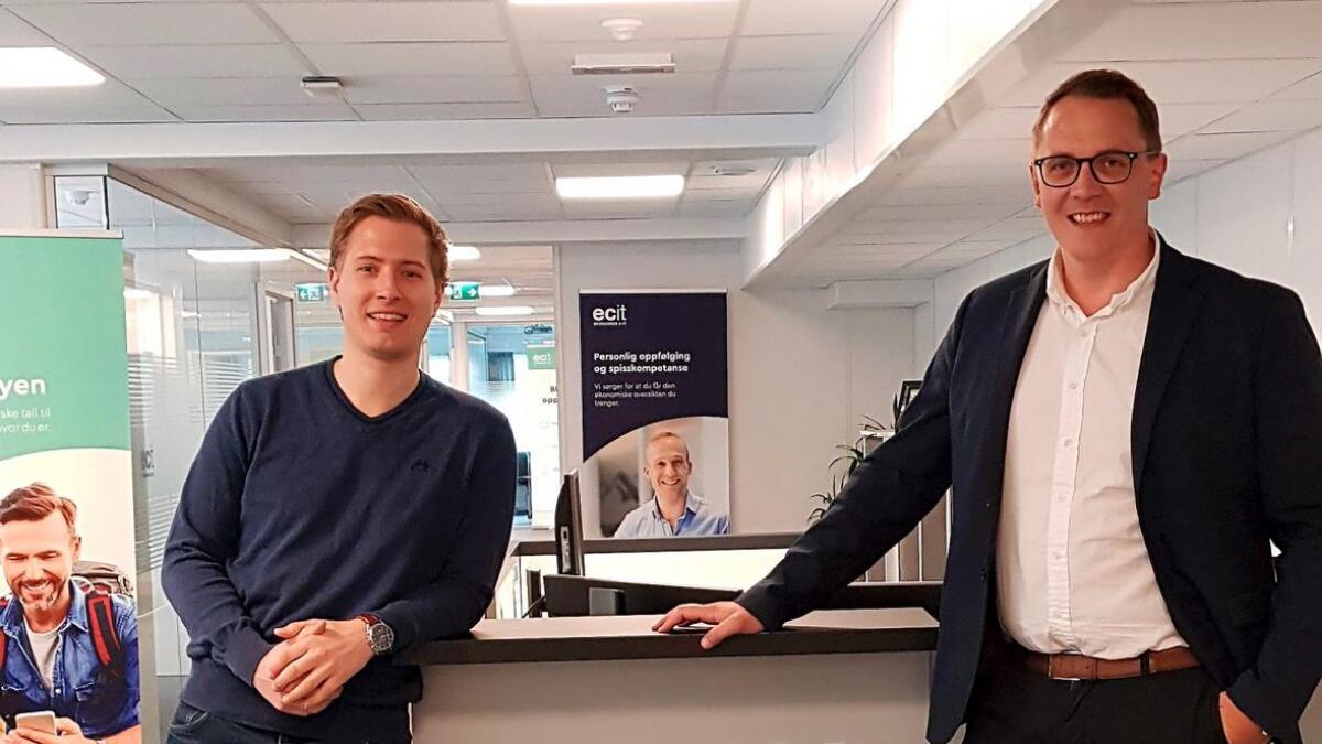 Arendals-firmaene Bookkeeper Sør og Normann & Øygarden har fusjonert. Her er kompanjongene Daniel Lindland Møller (t.v.) og Eirik Thorsdahl Andersen.