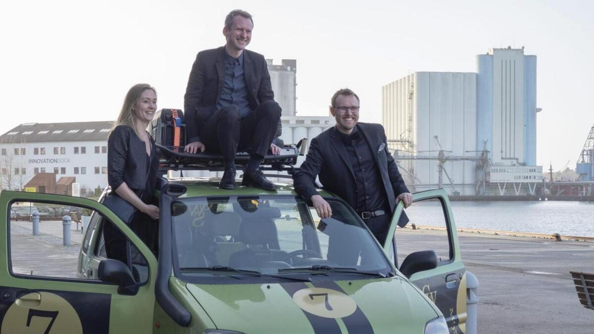 Pia Warland, Arnfinn Matre og Nils-Henrik Stokke saman med sin Opel Agila.  – Det finnest ikkje ein tøffare Opel Agila, meiner Matre.