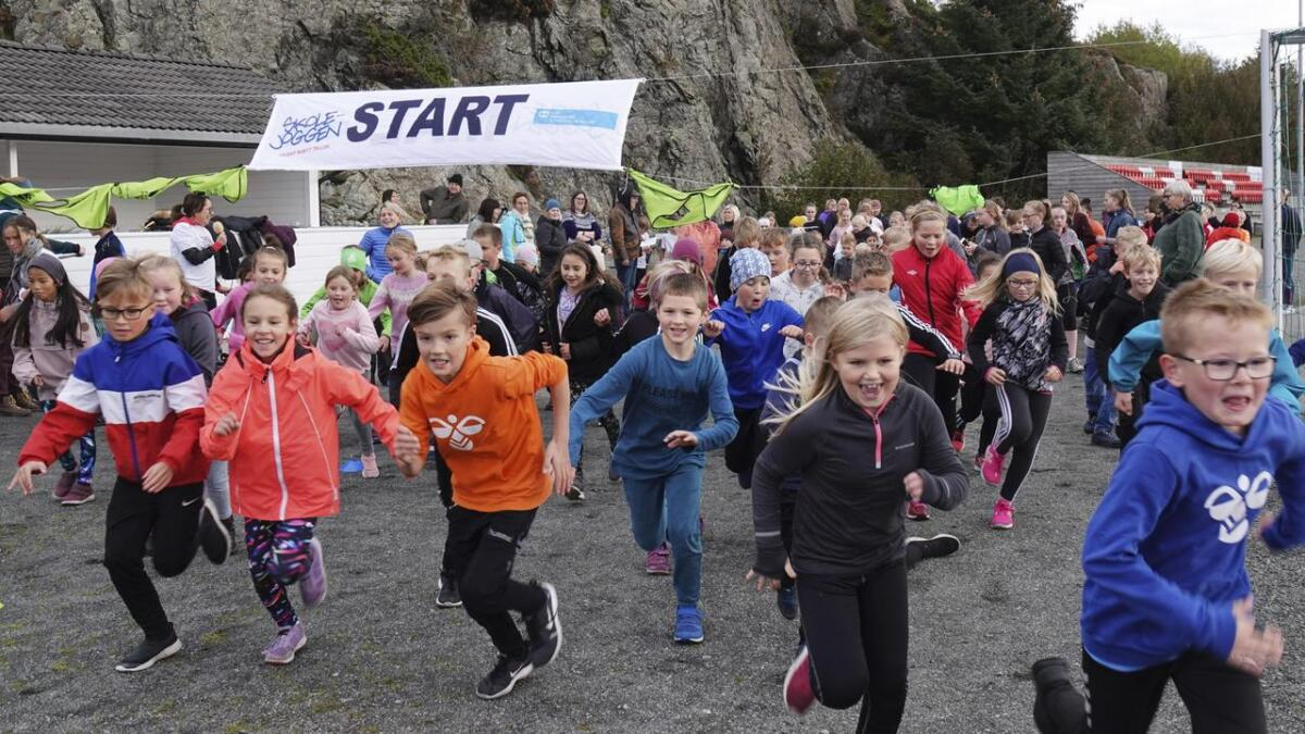 Elevane på Hillestveit skule har hatt skulejogg til inntekt fpr Sos Barnebyer i ti år. Her går startskotet for årets jogg.